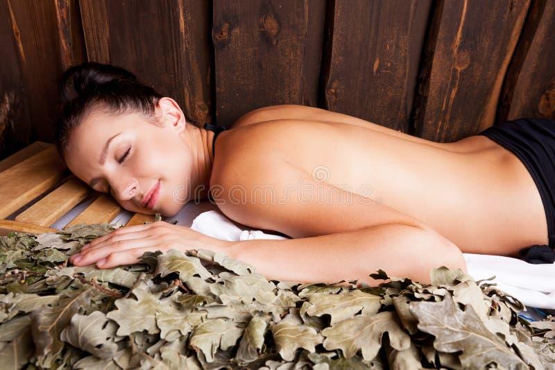 Beauté détendant dans le bain public. photographie stock libre de droits