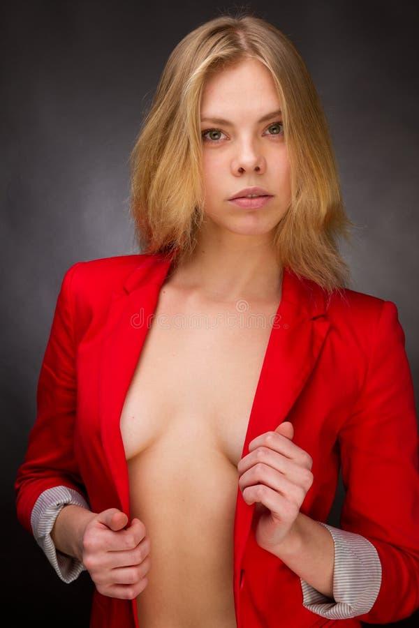 Beauté dans une jupe rouge images stock