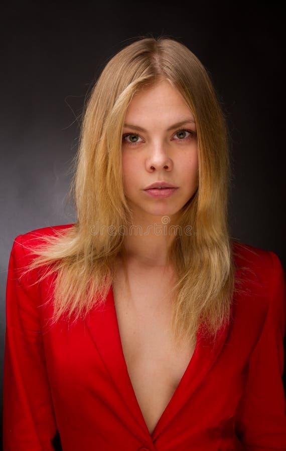 Beauté dans une jupe rouge photographie stock