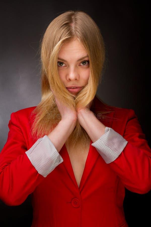 Beauté dans une jupe rouge image libre de droits