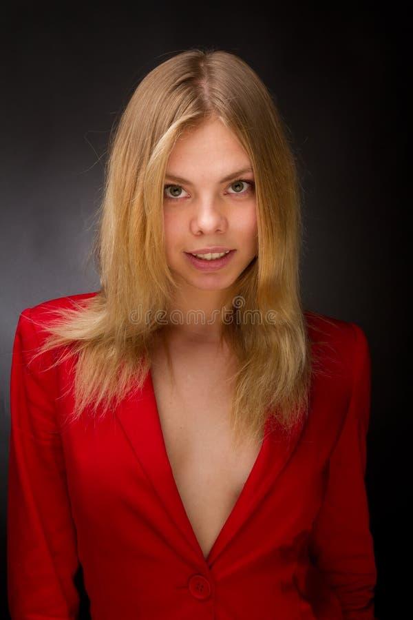 Beauté dans une jupe rouge photos stock