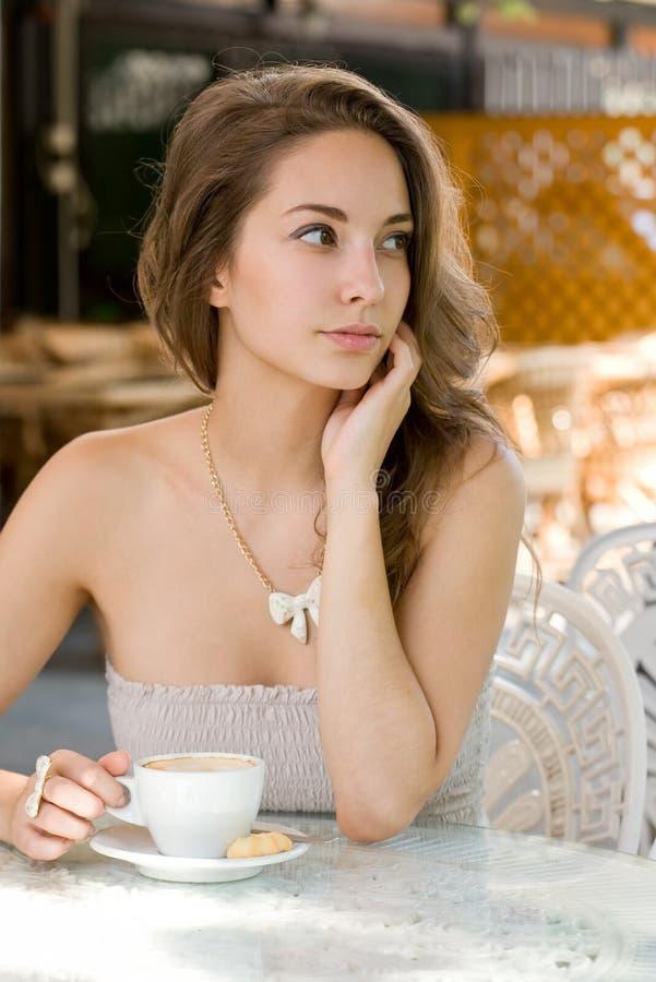 Beauté de Brunette appréciant le café. images libres de droits