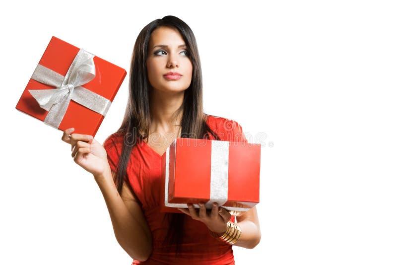 Beauté de Brunette avec le cadre de cadeau rouge lumineux. images libres de droits