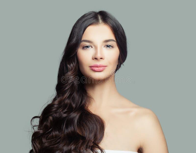 Beauté de Brunette Belle femme avec de longs cheveux bouclés et peau saine photo stock