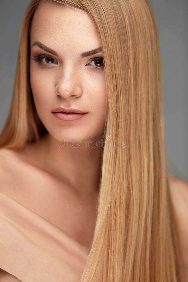 Beauté de cheveux Belle femme avec de longs cheveux droits sains images stock