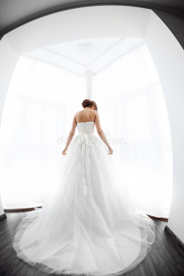 Beauté de jeunes mariées Jeune femme dans la robe de mariage à l'intérieur image libre de droits