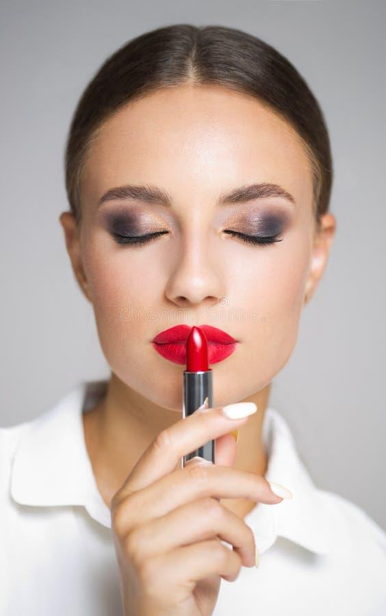 Beauté de rouge à lèvres de brune photo stock