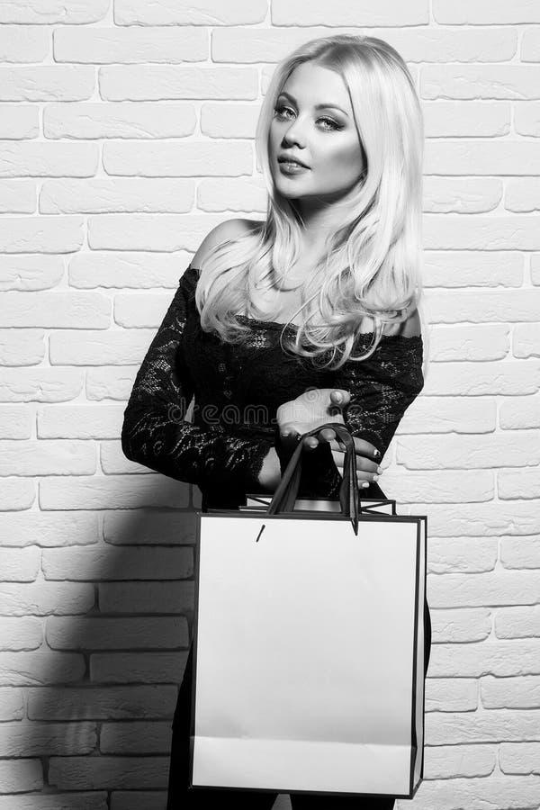 Beauté de visage de femme Jolie fille avec le sac à provisions image stock