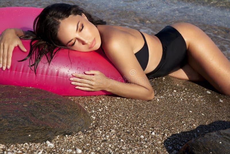 Beauté et bronzage de bikini photographie stock