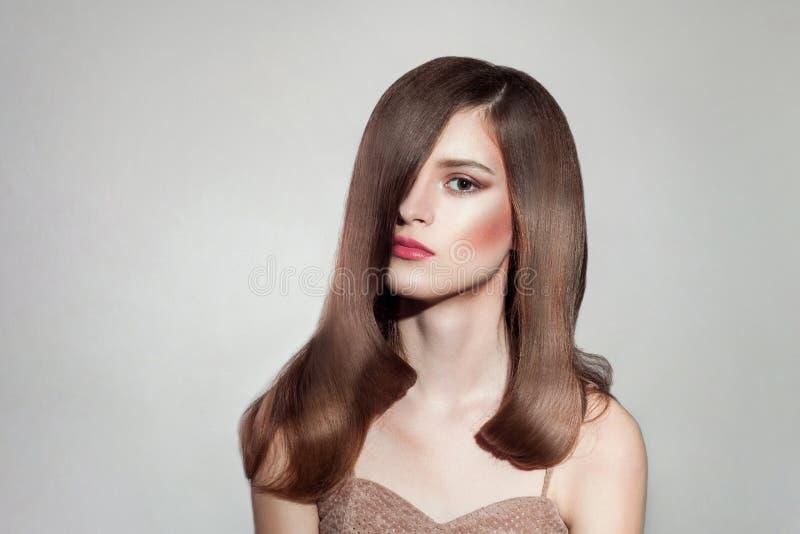 Beauté et coiffure femelles de maquillage photo stock