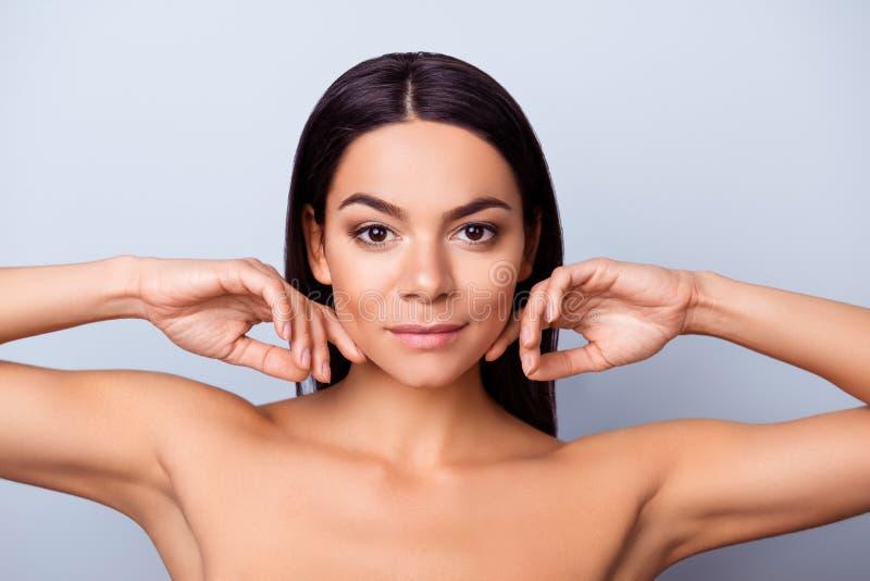 Beauté et concept de santé La dame assez latine de mulâtre de jeunes est à photographie stock libre de droits