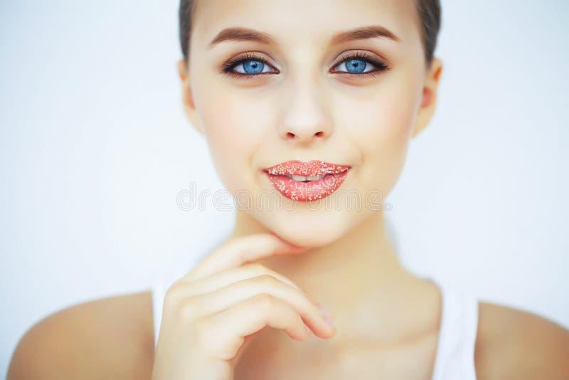 Beauté et soin Portrait d'une jeune femme avec une belle peau image libre de droits