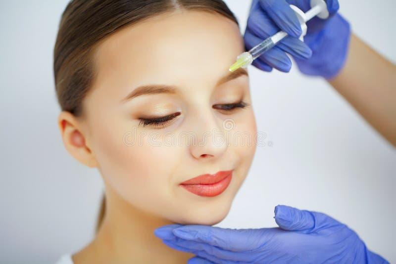 Beauté et soin Salon de beauté Une femme avec la peau pure Soin de peau photographie stock libre de droits