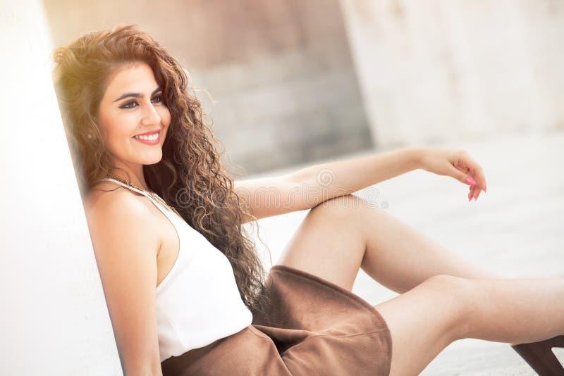 Beauté féminine Jeune modèle de sourire de femme de cheveux bouclés photographie stock libre de droits