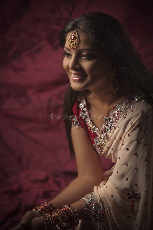 Beauté indienne en usure nuptiale et bijoux photographie stock