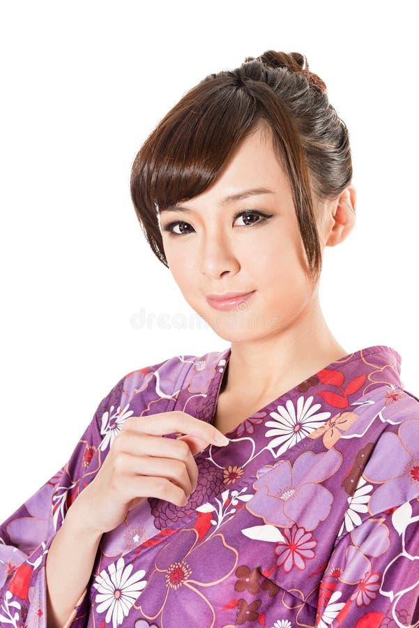 Beauté japonaise de sourire dans des vêtements traditionnels images stock