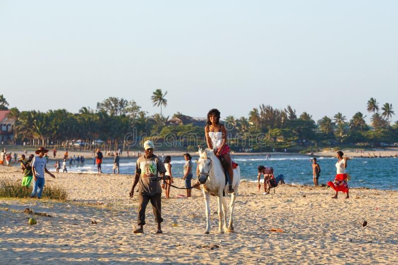Beauté malgache, beau cheval de tour de filles photos stock