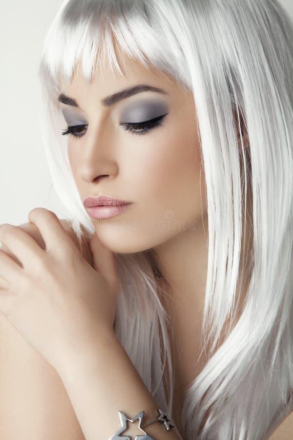 Beauté moderne avec des cheveux de gris de platine photos libres de droits