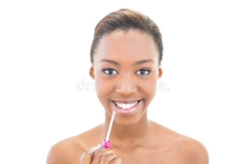 Beauté naturelle gaie utilisant le lustre de lèvre photographie stock libre de droits