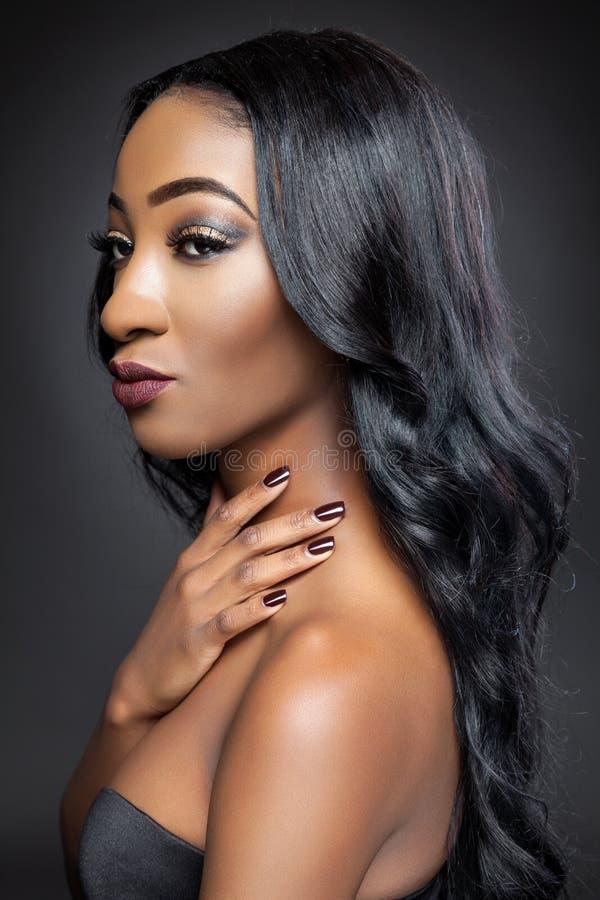 Beauté noire avec de longs cheveux élégants photo libre de droits