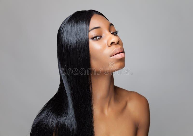 Beauté noire avec de longs cheveux droits photo libre de droits