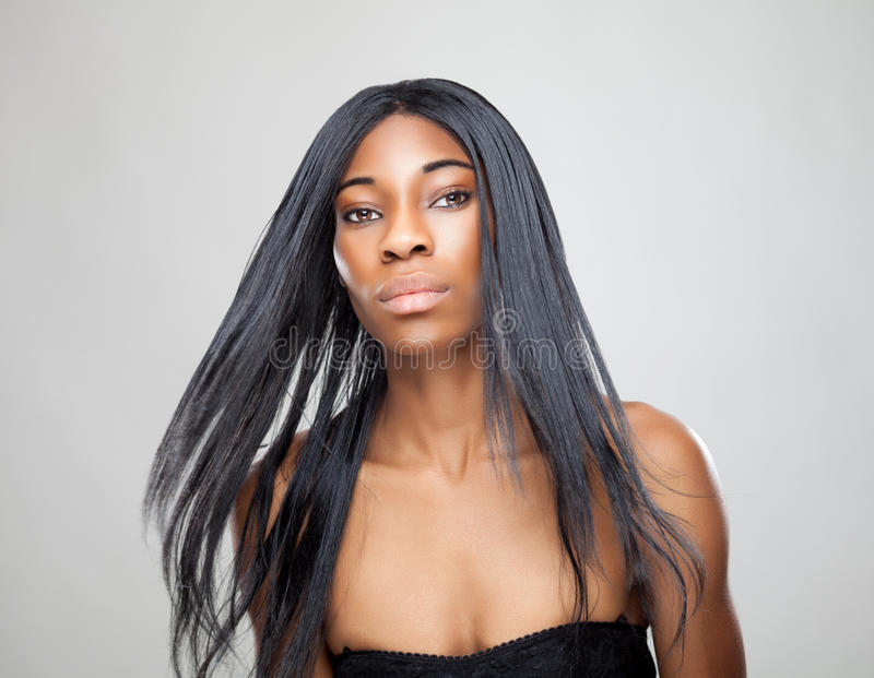 Beauté noire avec de longs cheveux droits photos libres de droits