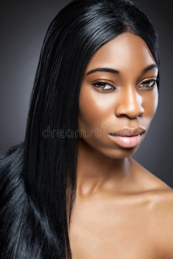 Beauté noire avec de longs cheveux droits images libres de droits