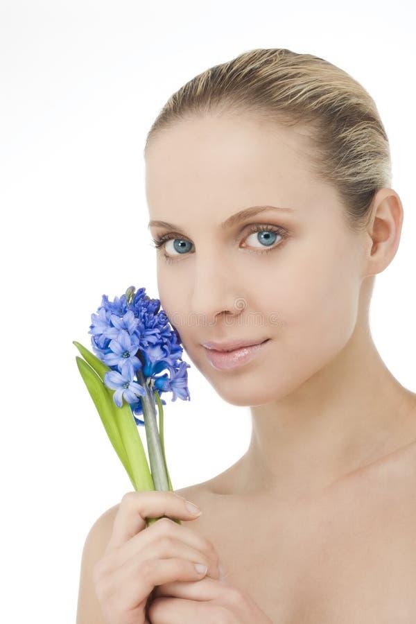 Beauté normale avec le bluebell photographie stock libre de droits