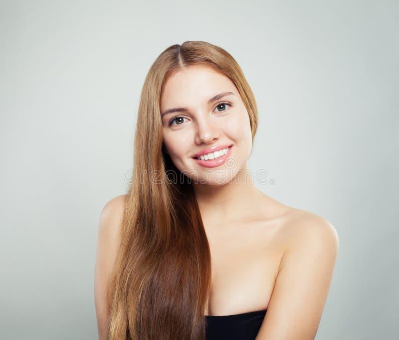 Beauté normale Jeune portrait femelle de visage Modèle avec les cheveux sains et la peau claire sur le fond blanc photos libres de droits