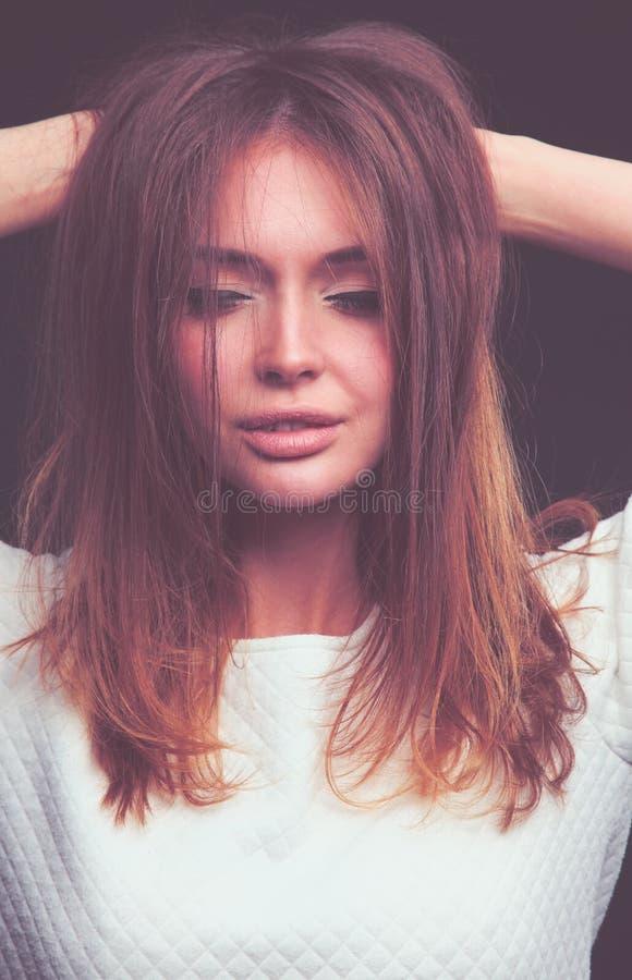 beauté Portrait d'une jeune femme sur le fond foncé photographie stock