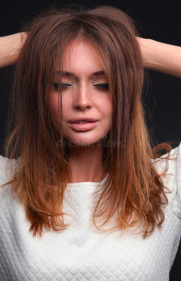 beauté Portrait d'une jeune femme sur le fond foncé photo stock