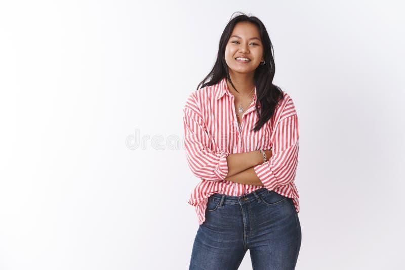 Beaut?, positif de corps et concept d'?motions La femme vietnamienne mignonne enthousiaste dans la croix ? la mode de chemisier d photo libre de droits