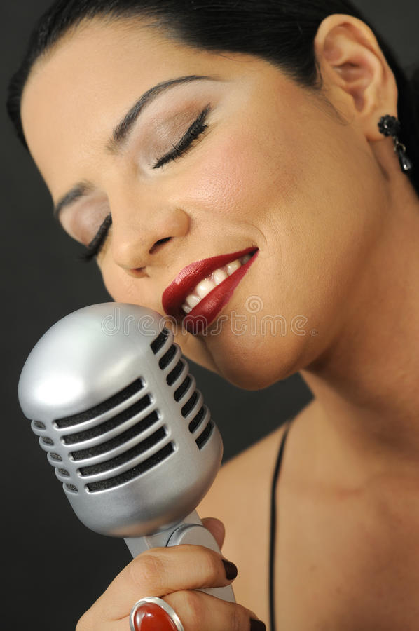 Beauté rouge de languettes chantant avec la rétro MIC photos libres de droits