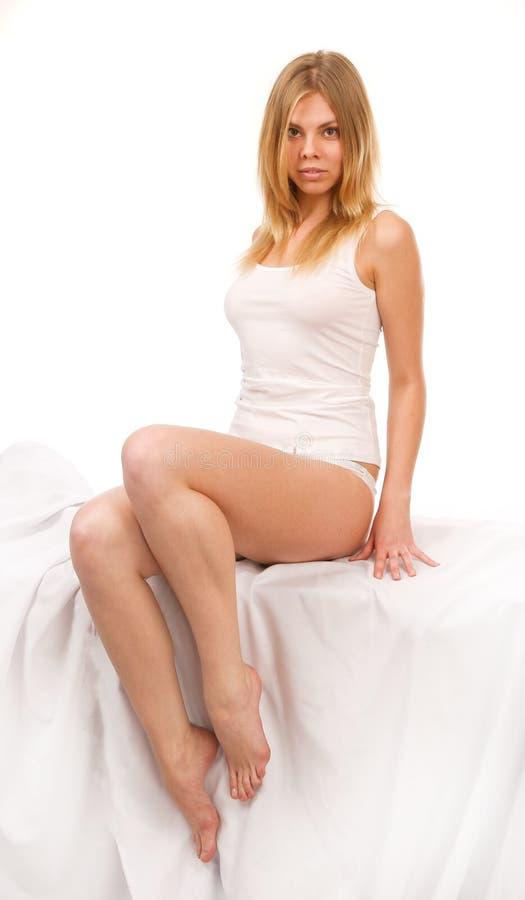 Beauté se reposant sur un fond blanc. photos stock