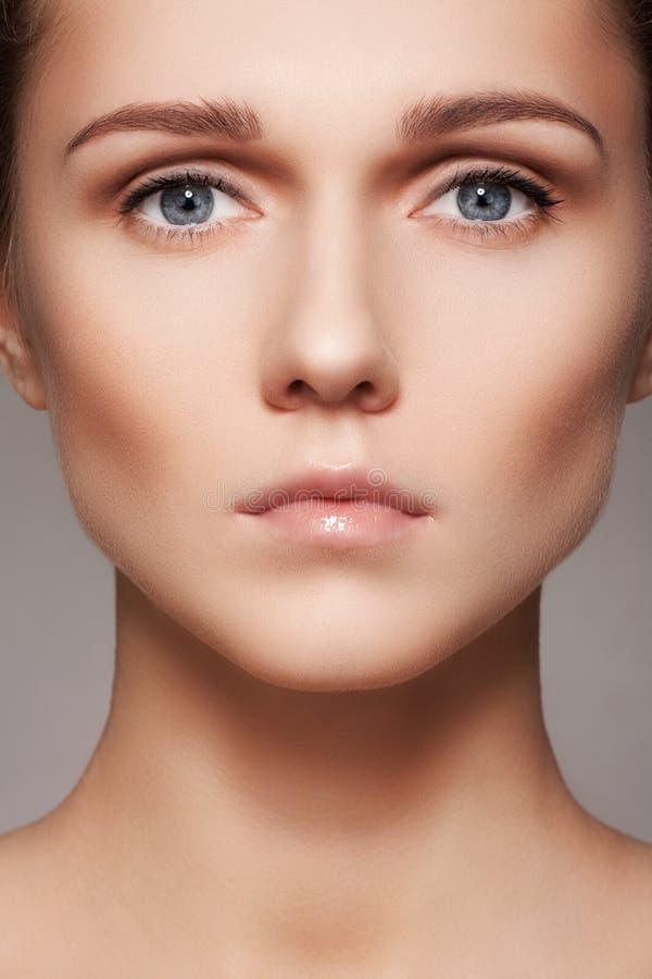 Beauté, soins de la peau et maquillage naturel Visage modèle de femme avec la peau pure, visage propre photographie stock
