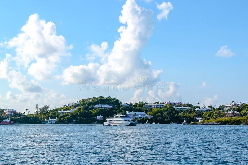 Beauté stupéfiante Bermudes l'Océan Atlantique Eau de mer de turquoise et ciel bleu images stock