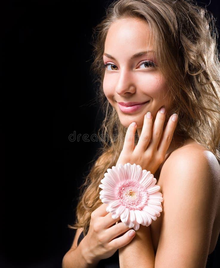 Beauté tirée de la fleur magnifique de fixation de brunette. photo stock
