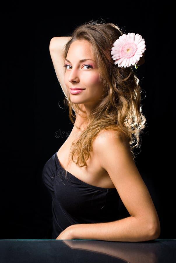 Beauté tirée du brunette magnifique avec la fleur. photos stock