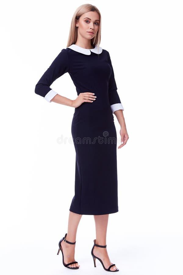 Beaut bonito do estilo do código de vestimenta do preto do escritório do desgaste de mulher do cabelo louro fotos de stock