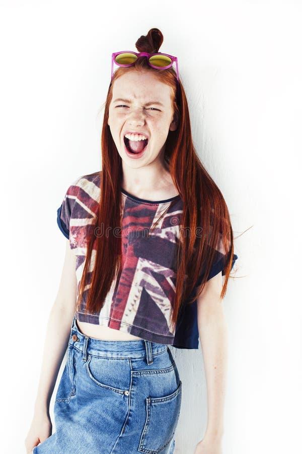 Beaut? et soins de la peau portrait Haut-d?taill? d'adolescente rousse attirante avec le sourire avec du charme et les taches de  images libres de droits