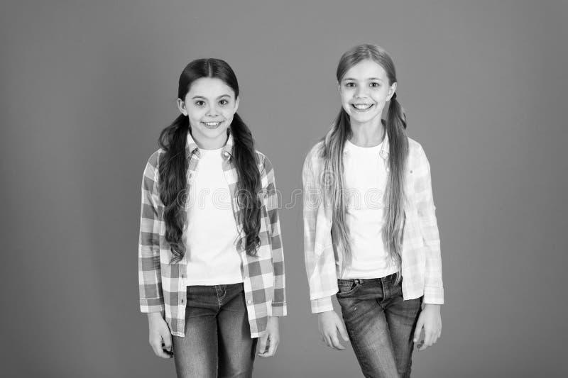 Beaut? normale Astuces de soins capillaires et traitement professionnel Attribut f?minin de longs cheveux Les filles laissent hab photos libres de droits