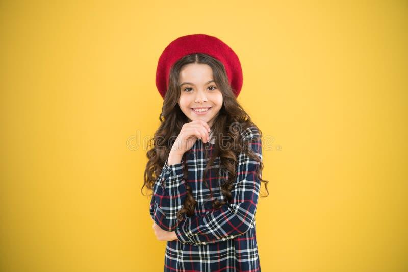 Beaut? pure Petite fille mignonne de mode d'enfant posant avec de longs cheveux et chapeau Fille de mode Accessoire ? la mode d'a photo libre de droits