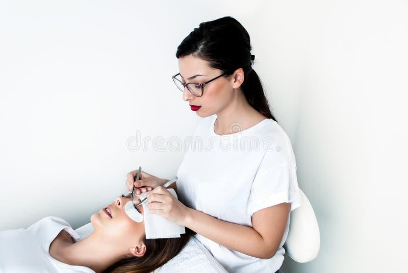 Beautician που εργάζεται στην αναβάθμιση του μεταξιού eyelashes σε ένα στούντιο ομορφιάς στοκ εικόνα με δικαίωμα ελεύθερης χρήσης