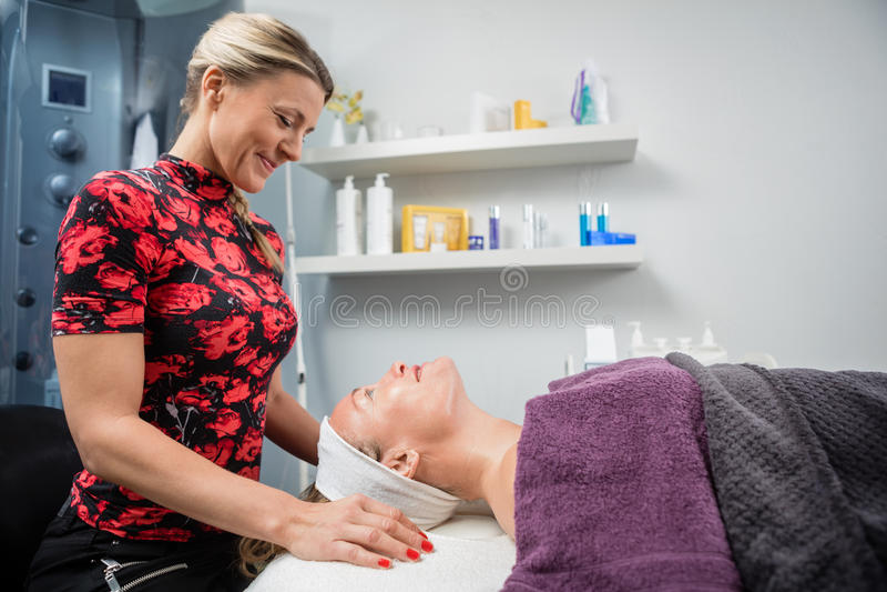 Beautician που χαμογελά εξετάζοντας τον πελάτη στο σαλόνι στοκ εικόνες με δικαίωμα ελεύθερης χρήσης