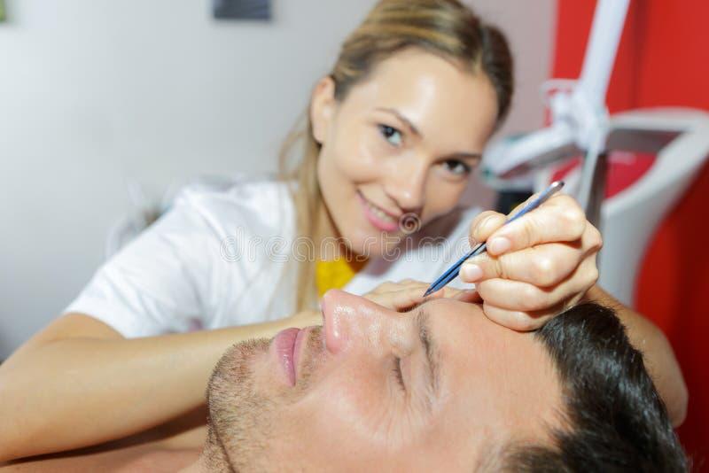 Beautician делая лицевой массаж в салоне курорта стоковые фотографии rf