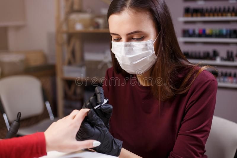 Beautician на работе, ногтях конструирует, салон красоты стоковые фото