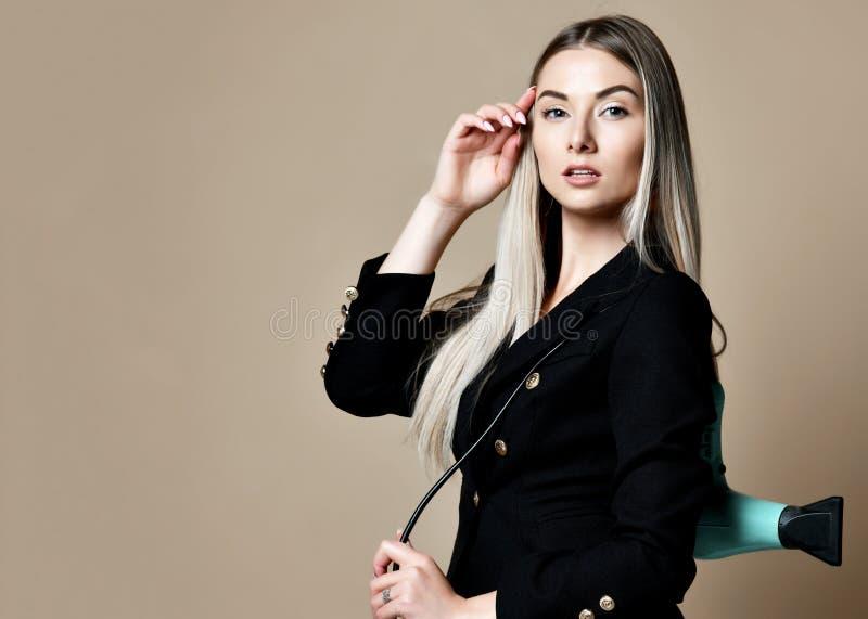 Beautician парикмахера женщины с ножницами фена для волос изолированными на белой предпосылке стоковые фото