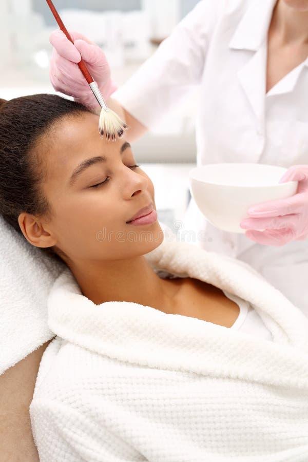 beautician Angewendete kosmetische Bürste der Gesichtsmaske stockbild