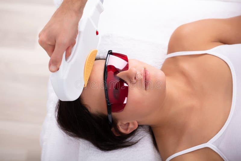 Beautician Daje Laserowemu depilacji traktowaniu kobiety twarz zdjęcia stock