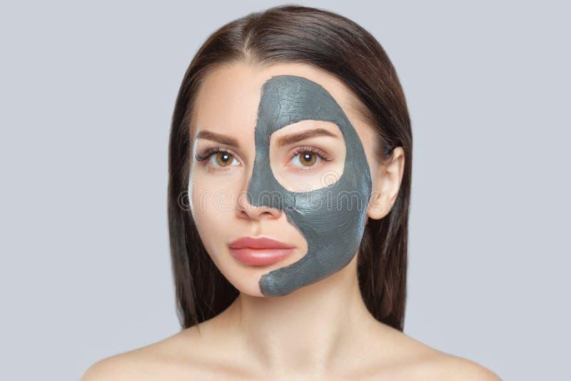 Beautician macht eine Schlammmaske, um die Haut zu reinigen und das Falten auf dem Gesicht einer schönen Frau, Spa-Behandlungen u stockfotos
